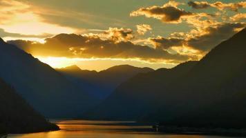 hora dourada pôr do sol, silhueta do cume das montanhas ao pôr do sol