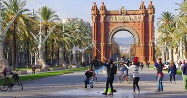 Barcelona sun light arc de triomf bubble maker 4k españa