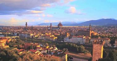 Vista aérea de la romántica Florencia, flotando en las burbujas de color del aire, Italia