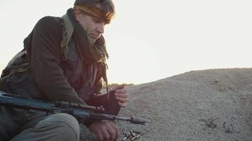 terrorista recarregando seu carregador de rifle de assalto. video