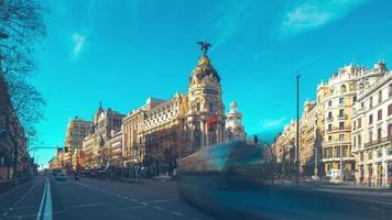 dia ensolarado tráfego gran via madri panorama metrópole 4k time lapse espanha video