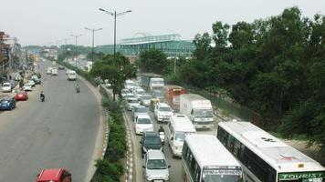 Zeitrafferaufnahme des Verkehrs auf der Straße in einer Stadt, Delhi, Indien
