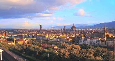 veduta aerea della romantica firenze, fluttuante nelle bolle di colore dell'aria, italia