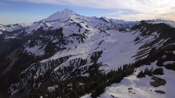 flutuante foto aérea de nevado mt baker, washington no verão video