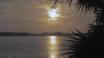 splendente alba che riflette sul fiume