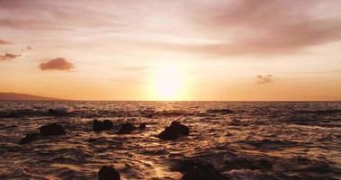 erstaunliche dramatische Aussicht auf den Sonnenuntergang. Luftaufnahme fliegt tief über Ozean video