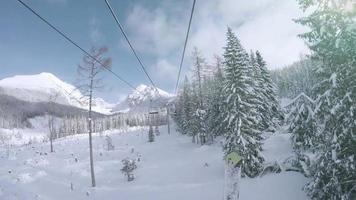 skilift nella località di montagna innevata dei Tatra