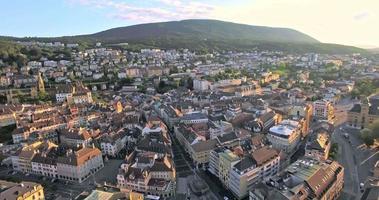 Veduta aerea di Neuchâtel con una bella giornata di sole, Svizzera video