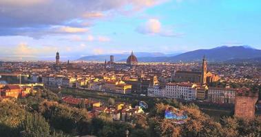 Luftaufnahme der romantischen Florenz, schwebend in der Luft Farbblasen, Italien