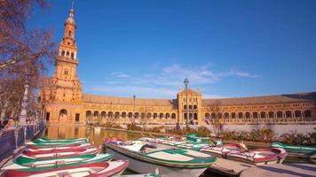 La station de bateau journée ensoleillée de Séville sur l'étang du palais royal 4k time lapse espagne video