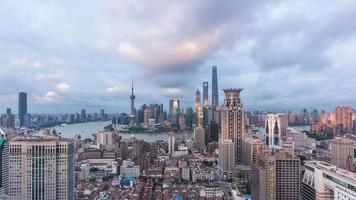 t / l ws ha vista elevada da barreira de Xangai e Lujiazui do anoitecer à noite