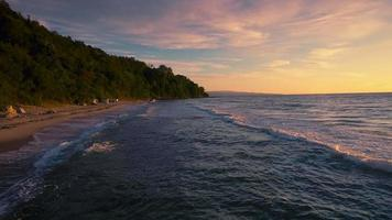 vista aerea alba lungo la spiaggia di sabbia dorata video