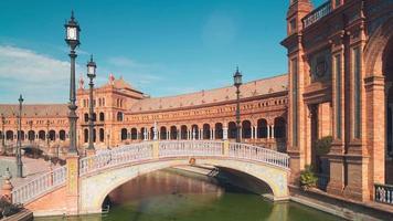 Palazzo reale di giorno pieno di sole della Spagna colorato ponte 4K lasso di tempo