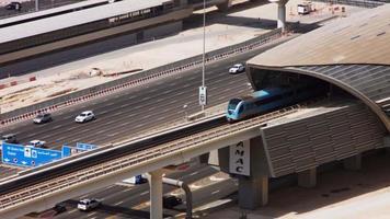 Plan verrouillé d'une rame de métro se déplaçant sur un pont, Dubaï, Émirats arabes unis