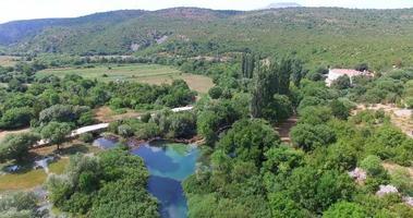 Veduta aerea del fiume Krupa accanto al monastero Krupa, Croazia video