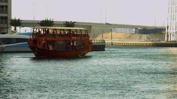 Tir verrouillé d'un ferry se déplaçant sur la rivière, Dubaï, Émirats Arabes Unis