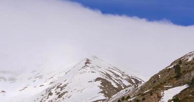 panorama di vall de nuria cielo blu nuvoloso cime delle montagne 4K