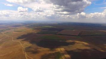 Solarkraftwerke zwischen landwirtschaftlichen Feldern video