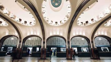 exibição de timelapse de trens chegando na estação de metrô mayakovskaya. video