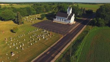 bela velha igreja branca em ambiente rural, sobrevôo aéreo video