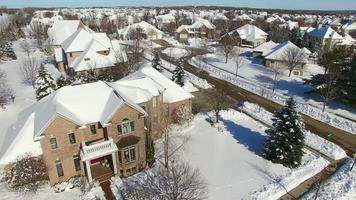 quartieri dell'alta borghesia, case sotto la neve profonda di una tormenta