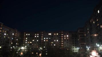 Edificio de varios pisos con iluminación cambiante de las ventanas por la noche