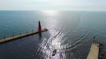 Hermoso faro de sobrevuelo del lago aéreo, puerto con barco video