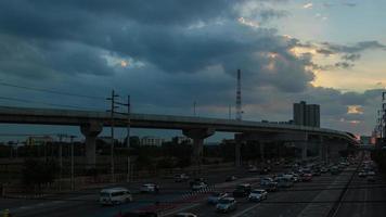 der Verkehrsabend vor Sonnenuntergang.