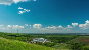 nuvole cielo città bella giornata di sole natura colline montagne viaggiare il timelapse di costruzione del paese video