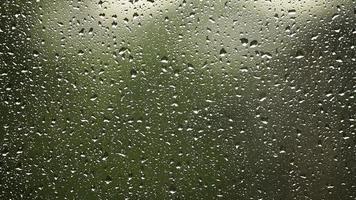 de cerca: gotas de lluvia en una ventana en el verano