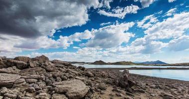 orilla de lapso de tiempo de playa rocosa