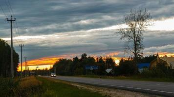 céu do pôr do sol sobre a estrada video