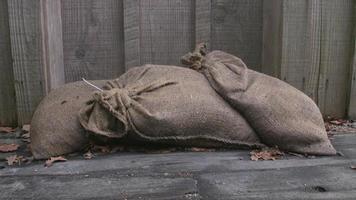 Sandsäcke schützen Türöffnung 4k Dolly Shot
