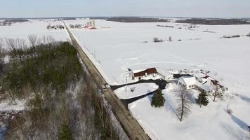Überführung, ländliche Häuser und Bauernhöfe im Mittleren Westen unter tiefem Winterschnee
