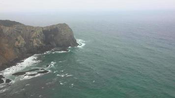 falésias no oceano em dia de nevoeiro video