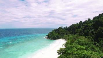 Playa de arena blanca de las islas Similan, pequeño lapso de tiempo de la orilla del mar
