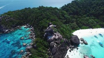 les îles similan se terminent par une mer bleue