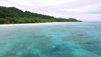 le isole Similan volano all'indietro verso il mare (angolo diverso)