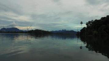 Isole Similan barca in movimento girato al crepuscolo