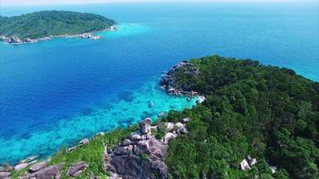 Isole Similan acqua blu e alberi verdi lussureggianti