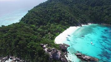 extremo de la isla de Similan con diferentes ángulos de mares azules