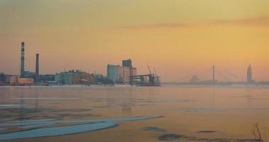 ora d'oro invernale sul porto di riga