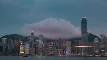 noche en hong kong y el espectáculo de luces. lapso de tiempo uhd video