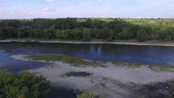 ripresa aerea attraversando il fiume il giorno calmo