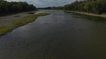 fotocamera a scatto regolare che si muove a bassa quota sopra il fiume