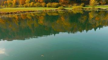 Antenne 4k: paysage de lac d'automne coloré