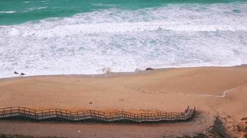 onde dell'oceano in arrivo sulla spiaggia di sabbia video