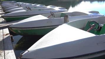 barche elettriche sul lago di mattina. uhd video