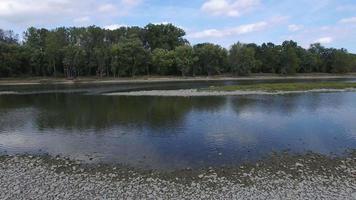 câmera movendo-se suavemente ao longo das rochas na margem do rio