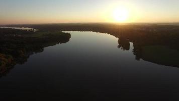 vista aerea di un fiume maumee liscio vetroso al sorgere del sole video